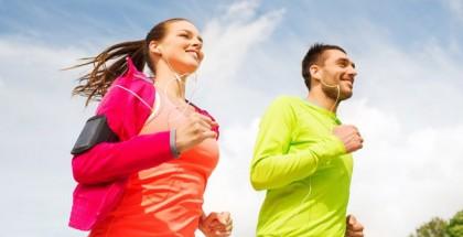 Mann und Frau joggen zusammen