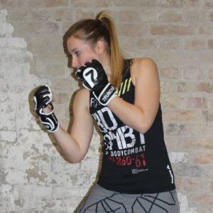 Frau mit Boxhandschuhen schlägt Kinnhaken