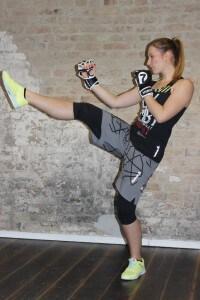 Frau in Kampfsport Outfit tritt geradeaus