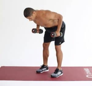 Mann macht Rows auf dunkelroter Trainingsmatte