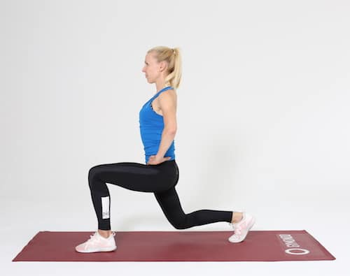Frau macht Lunges auf roter Trainingsmatte