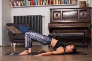 Frau macht Pilates Bridging