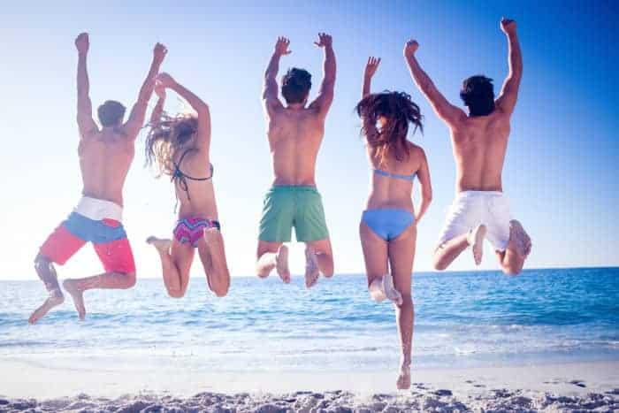 Freunde im Strandurlaub am Meer