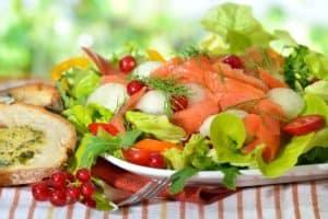 Salat mit Lachs auf teller