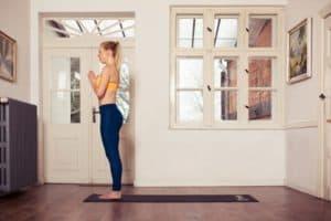Frau macht Yoga Berg