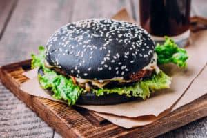 Schwarzer Burger mit Aktivkohle