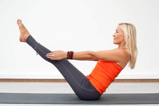 Frau macht Yoga das Boot