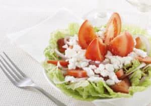 Chinakohlsalat mit Tomaten und Hüttenkäse