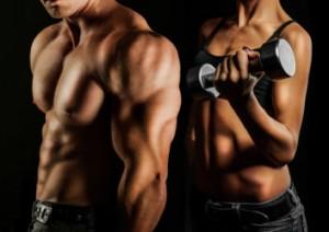 Mann und Frau mit definierten Muskeln