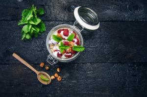 Einmachglas mit gesundem Müsli und Früchten