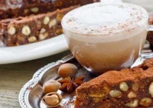 Feigen Macadamia Kuchen mit einer Tasse Cappucino
