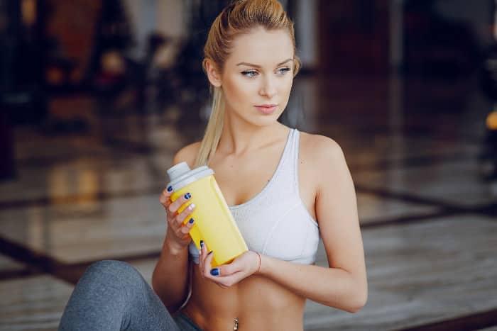 Eine Frau mit Supplement-Shake.