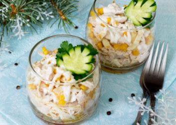 Fruchtiger Hähnchensalat im Glas