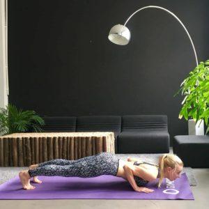 Frau macht Yoga Sonnengruß tiefes Brett auf lila trainingsmatte