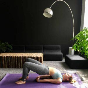 Frau macht hiplift auf lila trainingsmatte