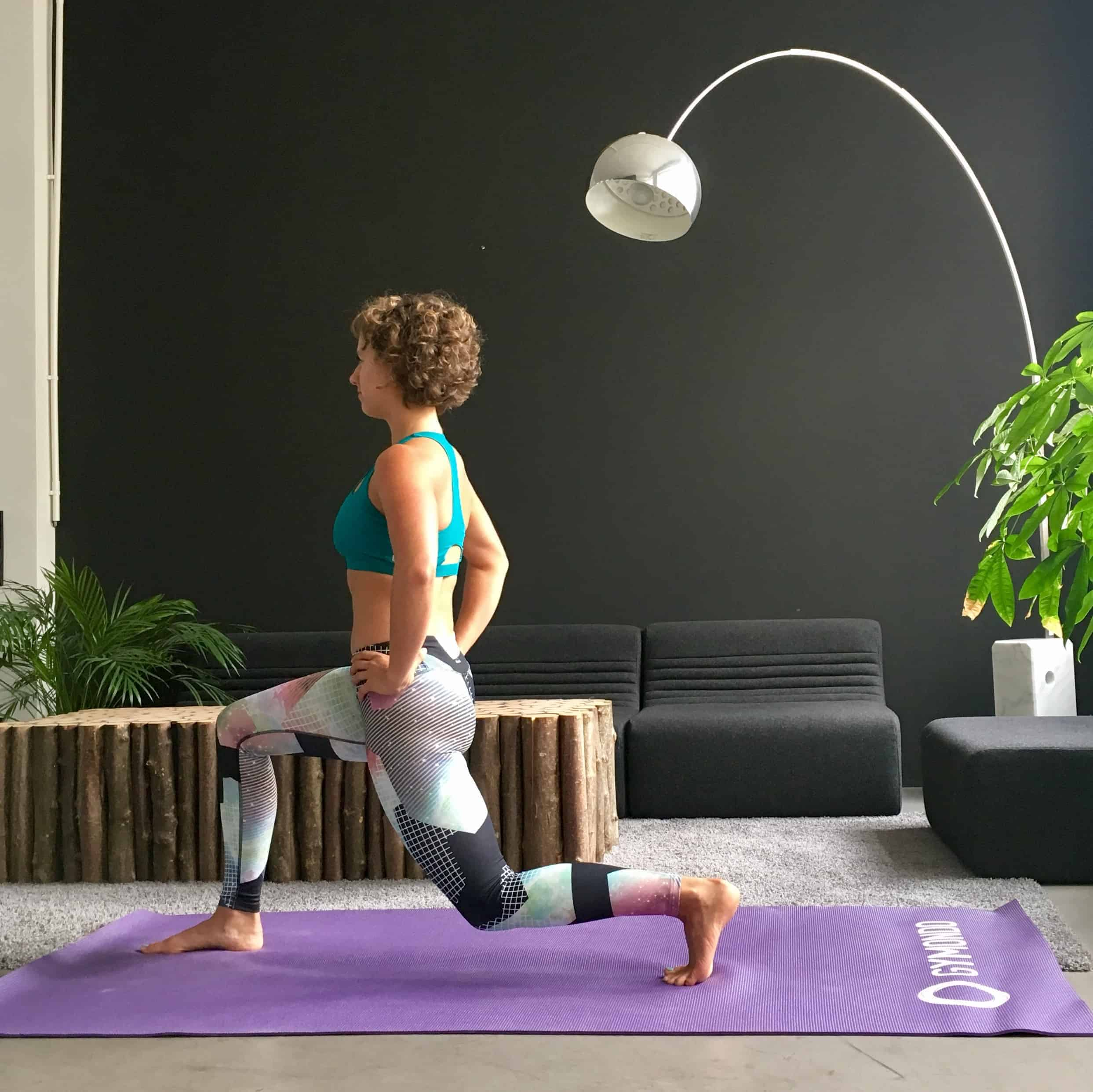 Frau macht Lunges auf lila trainingsmatte