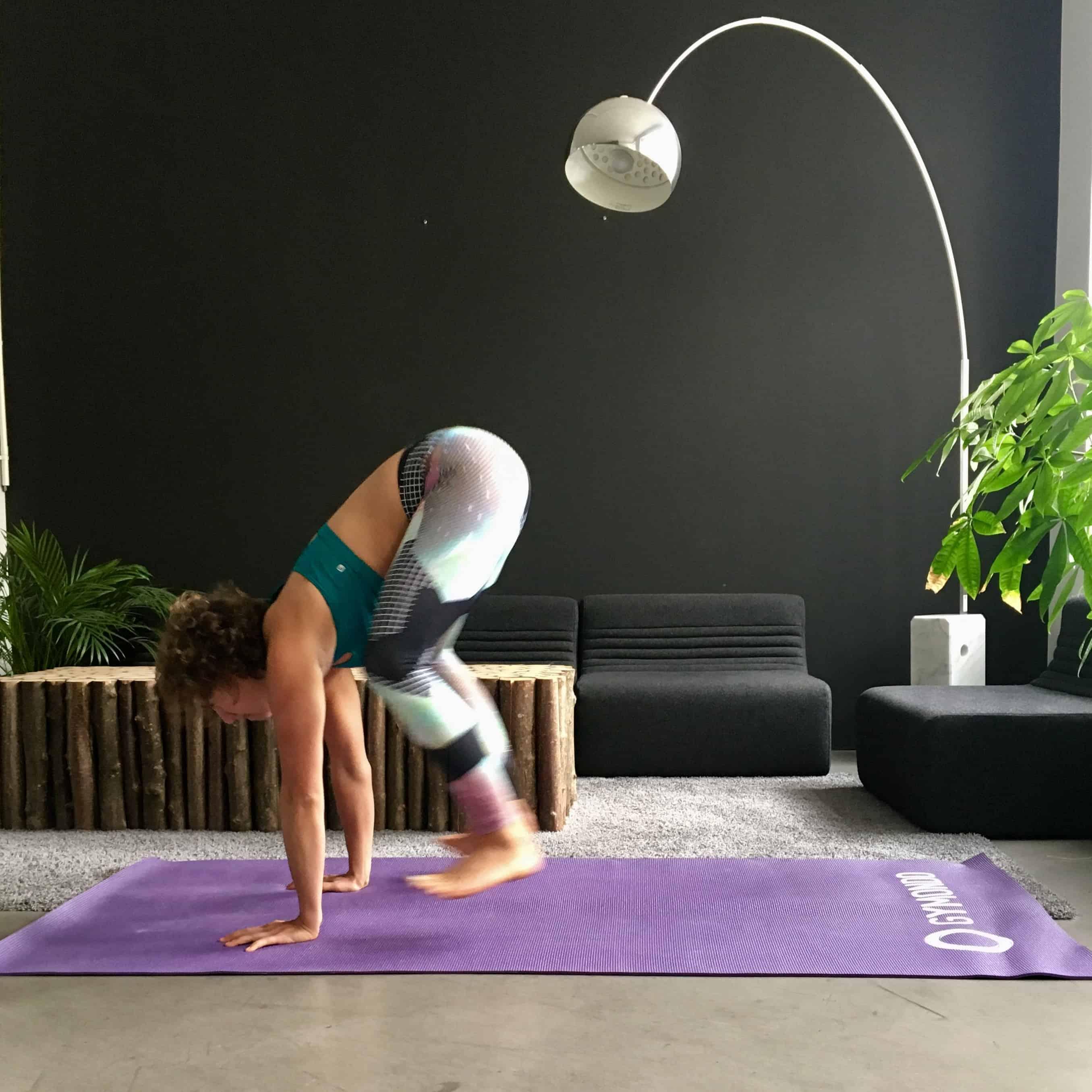 Frau macht Burpee auf lila trainingsmatte