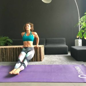 Frau macht dips auf lila trainingsmatte