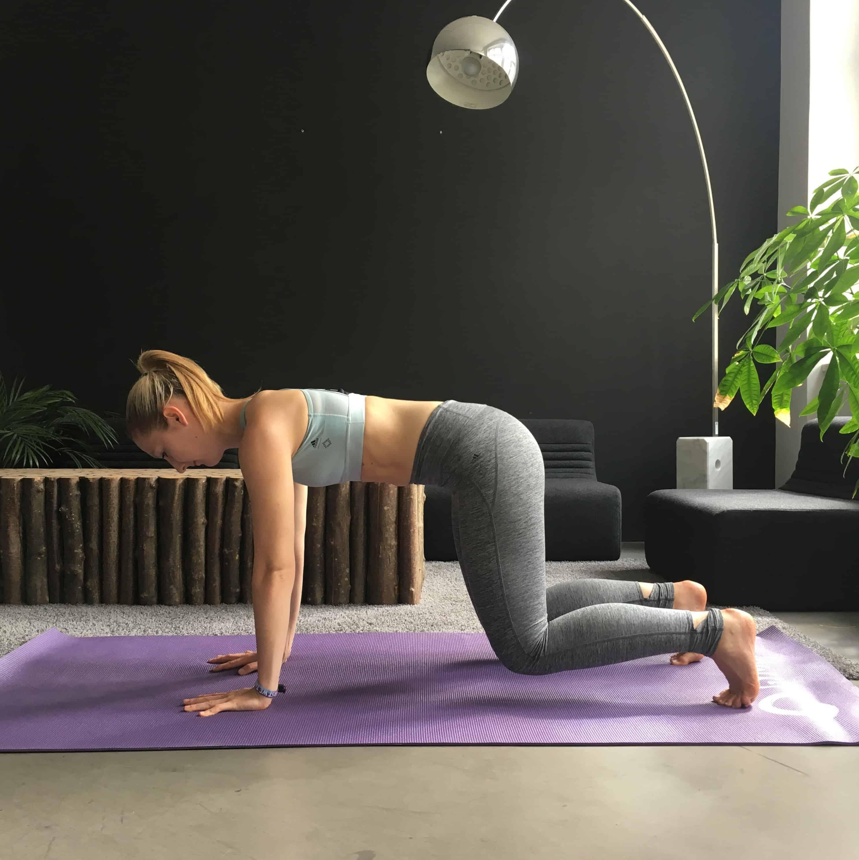 Frau macht Rückenübungen für Schwangere - 4 Punkt Stütz
