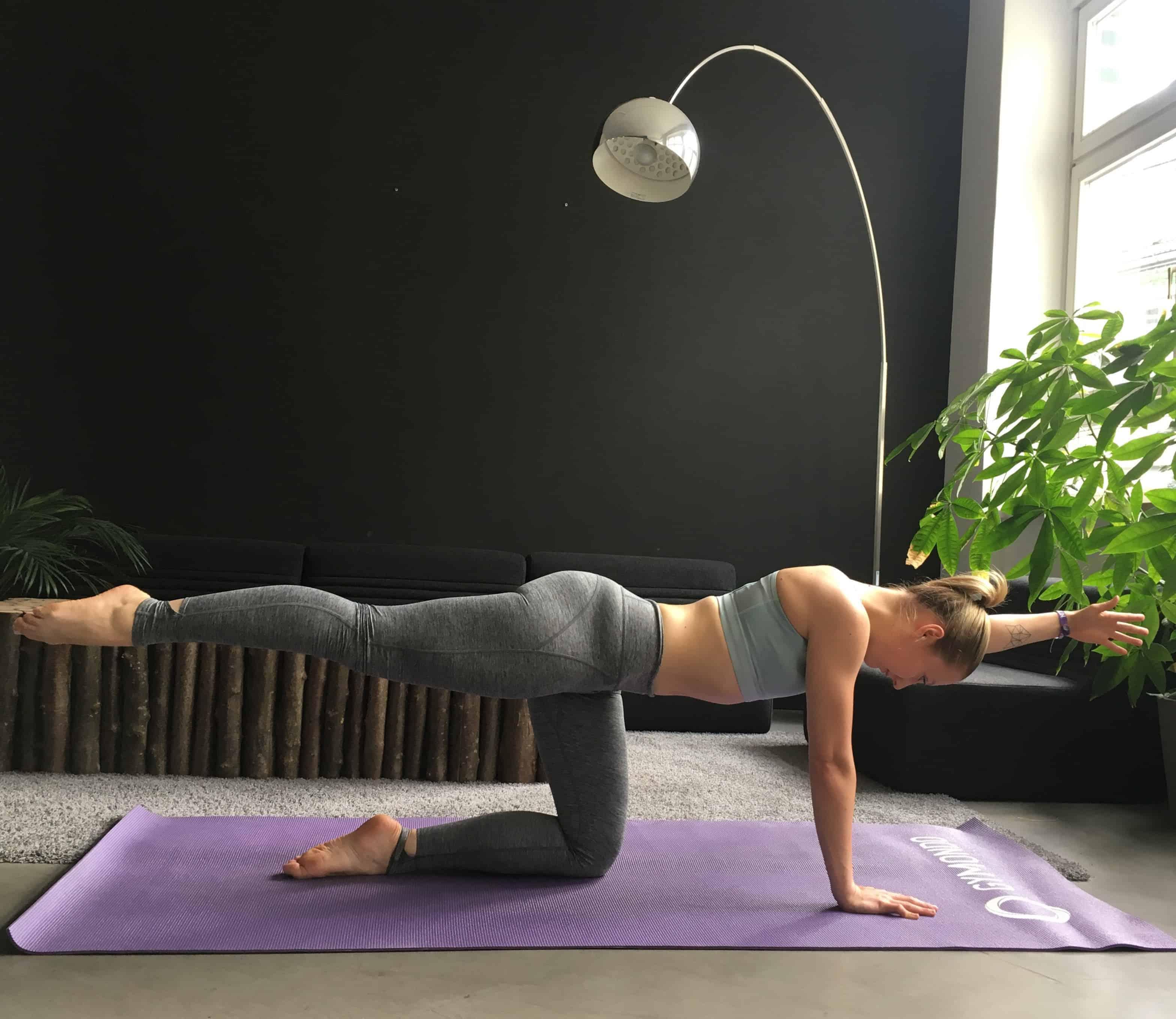 Frau macht Rückenübung für Schwangere Pointer