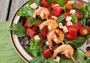 Garnelen Spieße an Tomate Mozzarella Salat