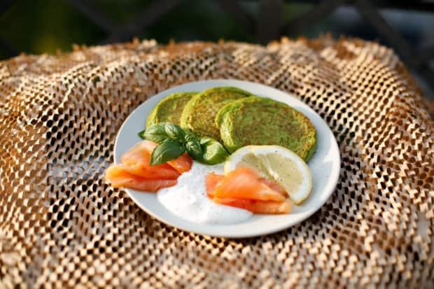 Herzhafte Erbsen Pancakes mit Lachs
