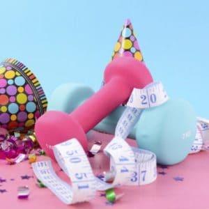 Gute Vorsätze: Partyhut, Konfetti und Hanteln