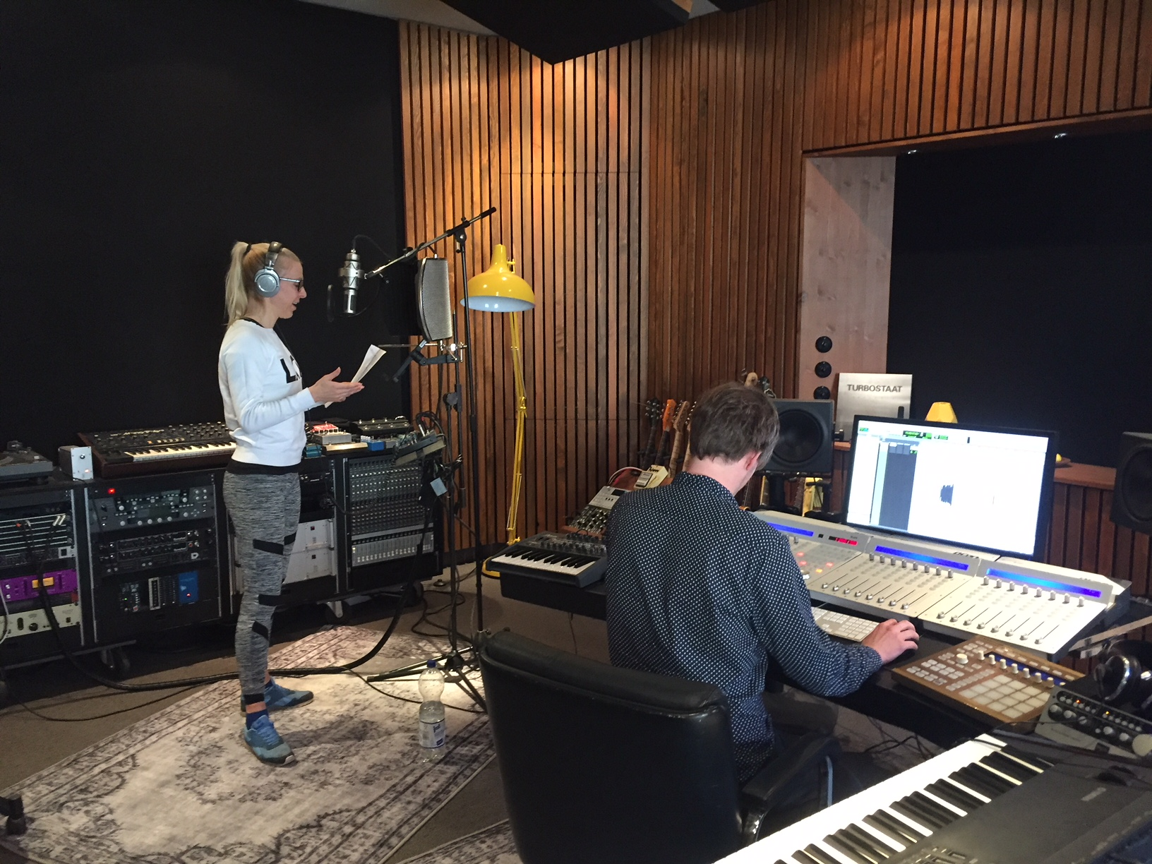 Trainerin Caro bei den Tonaufnahmen für den Gymondo Alexa Skill mit Tonmeister Max