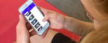 Junge Frau auf roter Trainingsmatte testet Gymondo App