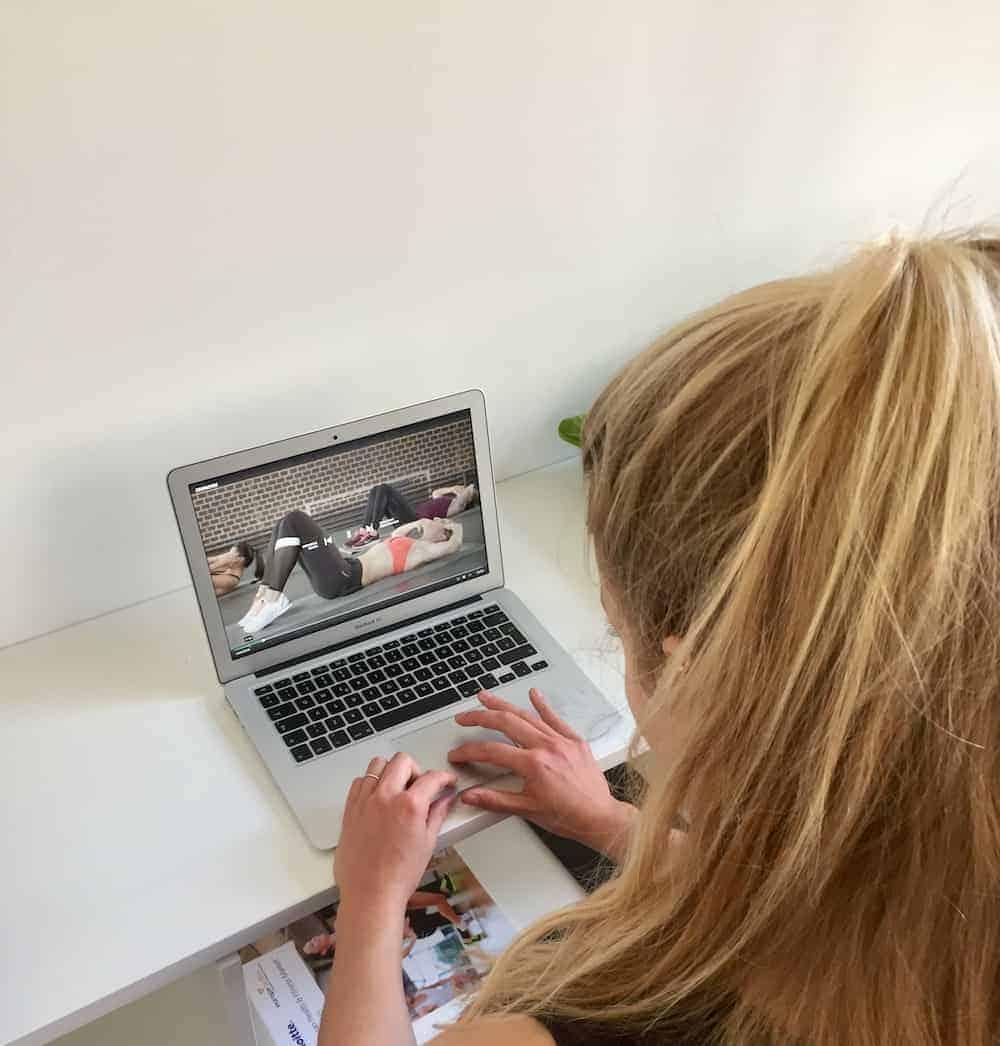 Junge Frau testet die Gymondo Website - Gymondo Erfahrungsbericht