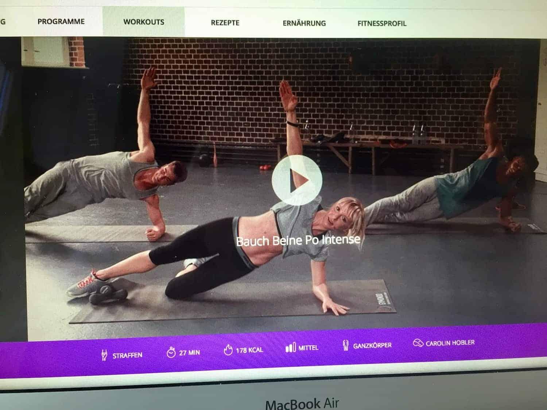 Screenshot der Gymondo Seite - Online Training Video: 3 Trainer machen Fitnessübungen auf der Matte - Gymondo Erfahrungen