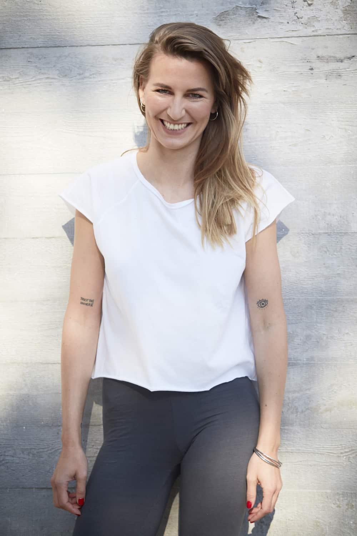 Ganzkörper Portrait von Yin Yoga Lehrerin Valerie Junger