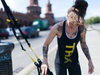 Trainerin Mia mit dem TRX Schlingentrainer