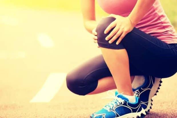 Sportlerin fasst sich ans Knie