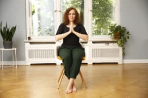 Lea meditiert im Sitz