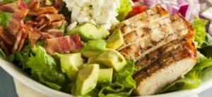 Teller mit No Carb Lebensmitteln für die ketogene Diät