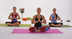 Im Lotussitz wirst du zur Yoga-Stunde begrüßt