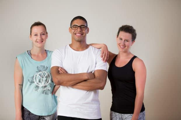Fitnesstrainer Franzi, Patricio & Judith stehen nebeneinander und lächeln