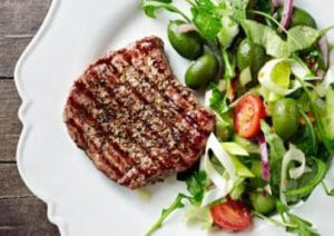 Mediterraner Salat mit Steak