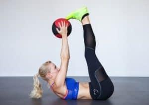 GYMONDO Trainerin Carolin Hoibler beim Medizinball Training