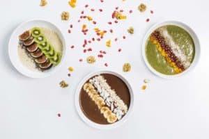 3 Schüsseln mit Frühstücksbrei mit Quinoa, Kakao und Spinat