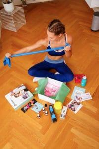 Junge Frau packt Gymondo Box aus