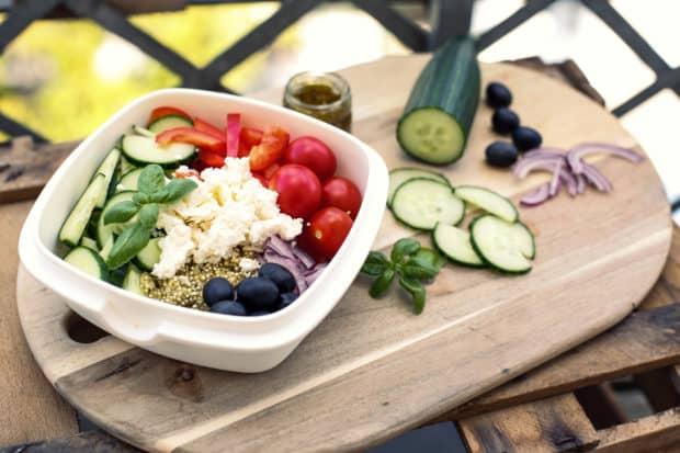 Leckerer Quinoa Salat im griechischen Stil