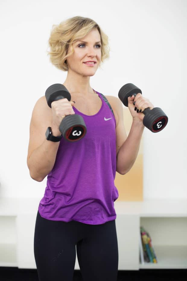 Junge Frau macht Fitnessübung Hammer curl