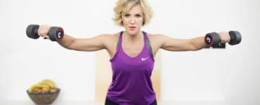 Junge Frau macht Fitnessübung Reverse Fly