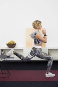 Junge Frau macht Fitnessübung Bulgarian Lunge