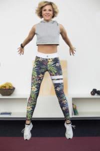 Junge Frau macht Fitness Übung Squat Jump