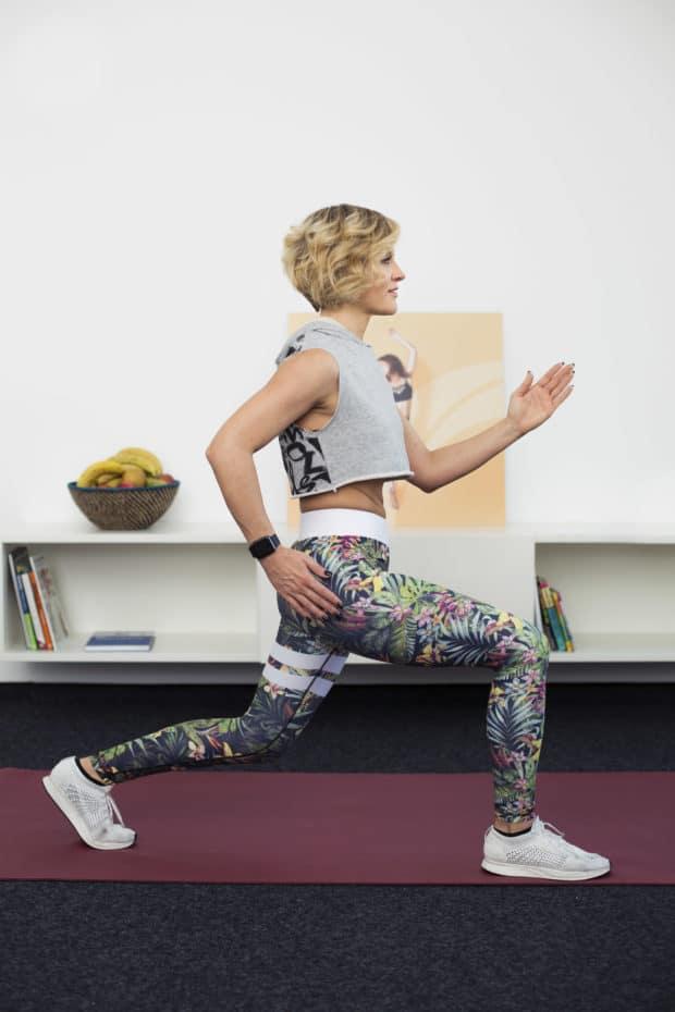 Junge Frau macht Fitnessübung Plyo Lunge