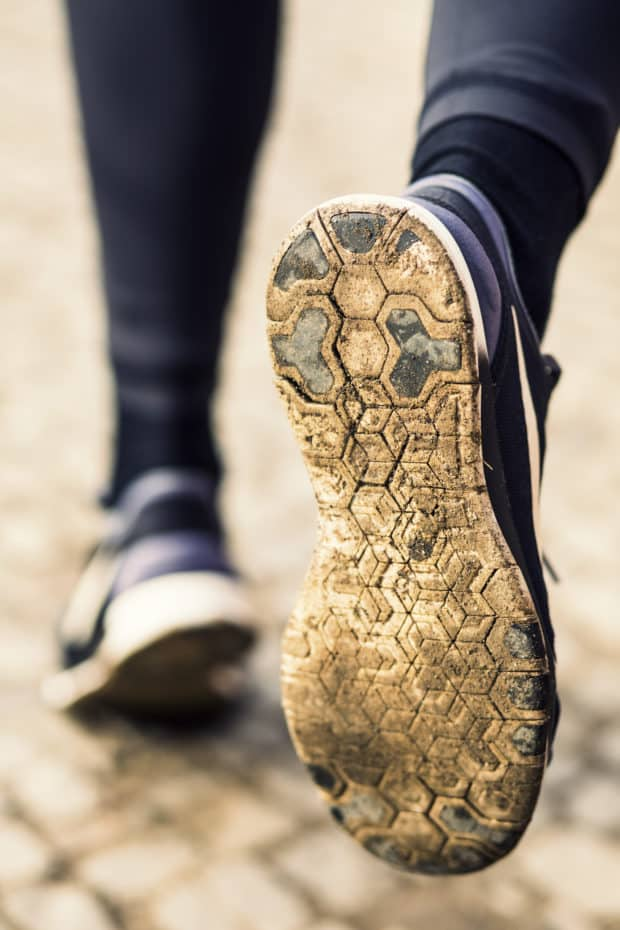 Turnschuhe einer Frau die joggt von hinten