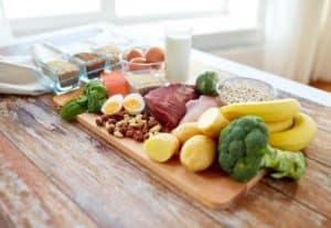Eine Platte mit Lebensmitteln ohne Zusätze